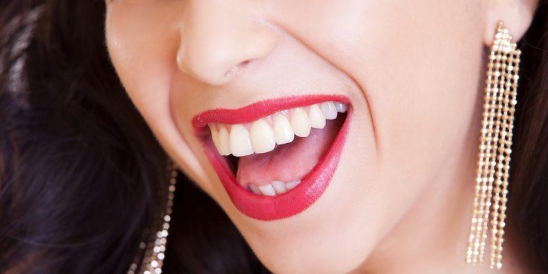 białe zęby i makijaż